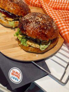 Tombik hamburger ekmeği ve soslu tavuk burger tarifi