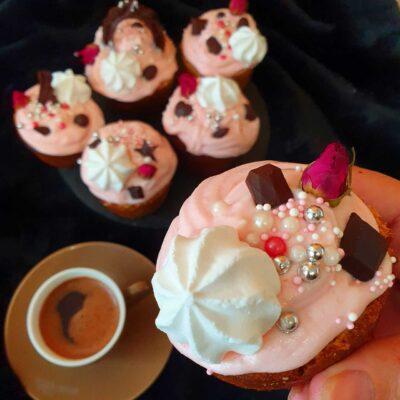 ev yapimi kolay cupcake yapimi-nefis muffin tarifi-puf noktasi-kramali cupcake tatlisi-yapilisi-nasil yapilir-kac kalori-1001yemektarifi
