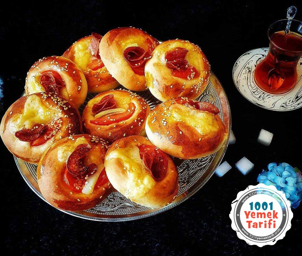 Mini pizza-pogaca-tarifi-pogaca-pizza-nasil-yapilir-sucuklu-pogaca-yapimi-kac-kalori-1001yemektarifi