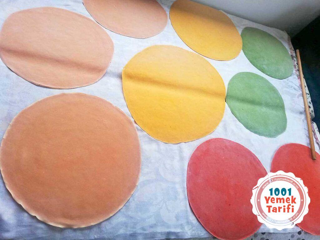 renkli eriste tarifi-renkli makarna tarifi yapimi nasil yapilir sebzeli makarna yufkasi-1001yemektarifi